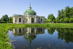 Grottapaviljongen med reflexion i vattnet parkerar Kuskovo, Mosco Royaltyfria Bilder