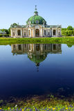 Grottapaviljongen med reflexion i vattnet parkerar Kuskovo, Mosco Arkivbilder