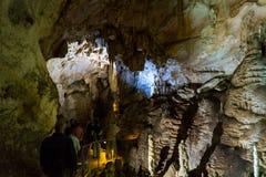Grottastalaktit, stalagmit och andra bildande på Emine-Bair-Khosar, Krim Arkivbilder