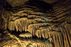 Grottastalaktit, stalagmit och andra bildande på Emine-Bair-Khosar, Krim Royaltyfri Fotografi