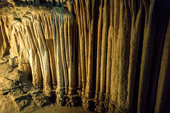Grottastalaktit, stalagmit och andra bildande på Emine-Bair-Khosar, Krim Arkivfoto