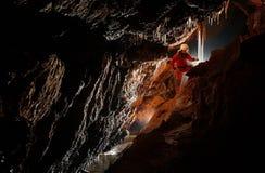 Grottautforskare, speleolog som undersöker tunnelbanan arkivfoto