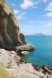 Grotte au pied de la montagne. Photo libre de droits