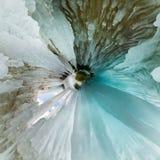 Grotte bleue de caverne de glace sur l'?le d'Olkhon, le lac Ba?kal, couvert de gla?ons Petite plan?te minuscule 360 photographie stock