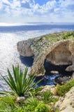 Grotte bleue, Malte Cavernes en pierre naturelles de voûte et de mer image stock