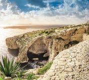 Grotte bleue, Malte Cavernes en pierre naturelles de voûte et de mer photo stock