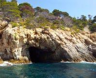 Grotte in einem Felsen am Meer in Spanien. Felsen am rand des Meeres. Küste in Spanien. Ein sonniger Tag an dem See Royalty Free Stock Image