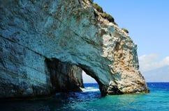 Grotte im blauen Meer Stockbild