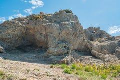 Grotte naturelle sur le cap Kapchik dans la station de vacances de Novy Svet Images libres de droits