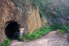 Grotte sur la voie de montagne image stock
