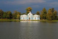 Grottenpavillon auf dem großen Teich. Russland, Tsarsko Stockfoto