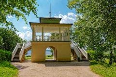 Grottenpavillon im alten Park Stockbild