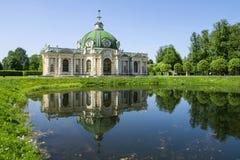 Grottenpavillon mit Reflexion im Wasserpark Kuskovo, Mosco Lizenzfreie Stockbilder