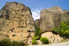 Grottmänniskakloster på foten av Meteora i Grekland Fotografering för Bildbyråer