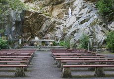 Grotto σπηλιών με τους πάγκους για την προσευχή στοκ φωτογραφίες με δικαίωμα ελεύθερης χρήσης