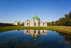 Grottopaviljong i den Kuskovo parken Arkivbild