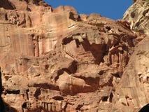 Grottor av den forntida staden jordan Petra royaltyfri foto