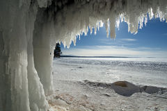 Grottor för apostelöis på djupfrysta Lake Superior arkivfoton