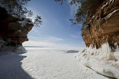 Grottor för apostelöis på djupfrysta Lake Superior, Wisconsin royaltyfria bilder