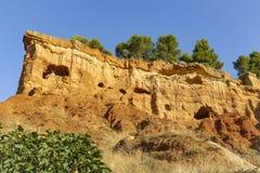 Grottor i berget - brant sluttning ovanför den Anento byn royaltyfria foton
