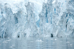 Grottor i ett turkosisberg i Antarktis Arkivfoto