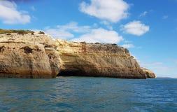 Grottor och grottor av Portimao, Portugal arkivfoto
