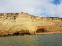 Grottor och grottor av Portimao, Portugal royaltyfria bilder