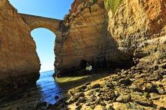 Grottor och bro i Lagos, söder av Portugal Royaltyfri Foto
