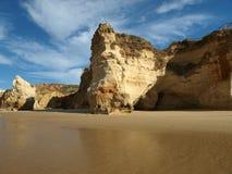 Grottor och färgglada rockbildande på Algarven Royaltyfria Foton