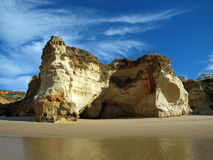 Grottor och färgglada rockbildande på Algarven Arkivfoton