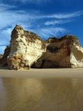 Grottor och färgglada rockbildande på Algarven Royaltyfri Foto