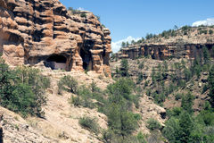 Grottor 3 och 5 i Gila Cliff Dwellings National Monument, nya Mex Royaltyfri Foto