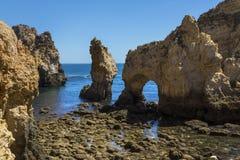Grottor på Ponta da Piedade i Portugal arkivfoton