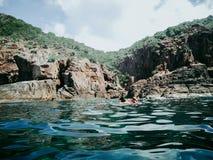 Grottorna av Pulauen Pinang på ön av Redang på en ljus solig sommardag arkivbilder
