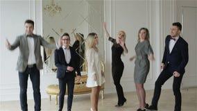 Grou av attraktivt folk i vitt rum lager videofilmer