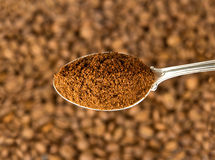 Ground coffee in spoon Royalty Free Stock Photos