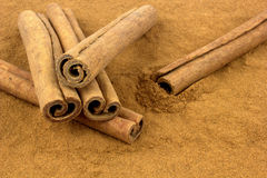 Grounded cinnamon and cinnamon sticks Stock Photography