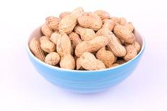 Groundnuts w błękitnym pucharze na białym tle Obraz Stock