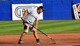 Groundsman während eines baseballgame der Super6 stockfotos