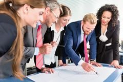 Group of business people analyzing data Royalty Free Stock Photos