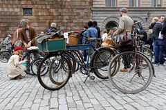 Group of elegant people with bicycles wearing old fashioned twee Royalty Free Stock Photo