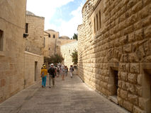 The group of tourists goes on the old city on the Mount Zion. Is Royalty Free Stock Photos
