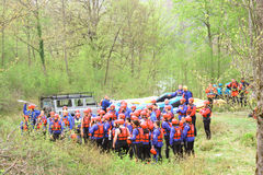 GROUP OF YOUNG ATHLETES TRAINING FOR WHITEWATER RAFTING Royalty Free Stock Photos