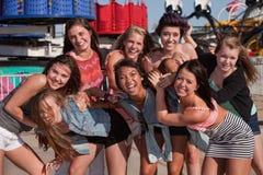 Groupe élégant d'années de l'adolescence à un carnaval Photo stock