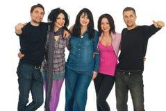 Groupe élégant gai d'amis Photographie stock libre de droits
