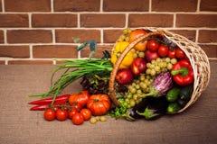 Groupe énorme de légumes frais et de fruits dans le panier en osier Image stock
