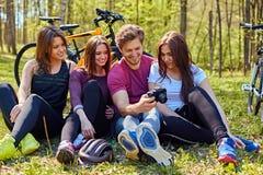 Groupe людей ослабляя после велосипеда едет в лесе Стоковые Изображения