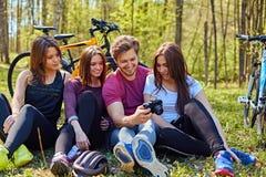 Groupe людей ослабляя после велосипеда едет в лесе Стоковые Фото