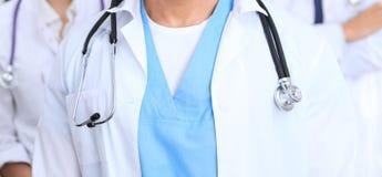 Groupe неизвестных докторов стоя прямо в офисе больницы Закройте вверх стетоскопа на груди практикующий врача Стоковые Фото