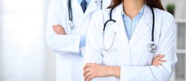 Groupe неизвестных докторов стоя прямо в офисе больницы Закройте вверх стетоскопа на груди практикующий врача стоковая фотография rf